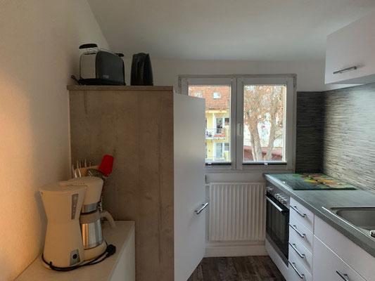 Küche links großer Kühlschrank