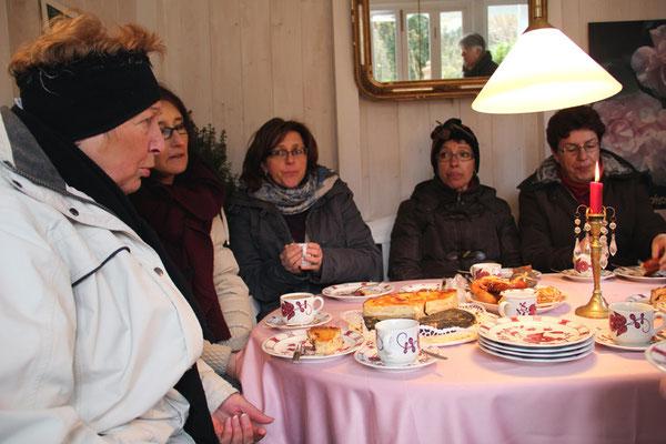 Als Abschluss und zum Aufwärmen wurde Kaffee und ein selbstgebackener Apfelkuchen im Gartenhaus gereicht. Herr Pätzold gab noch Tipps zum Düngen und Pflanzenschutz der Rosen.