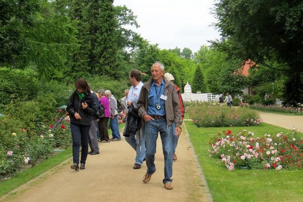 Manfred führt zielsicher durch den Garten