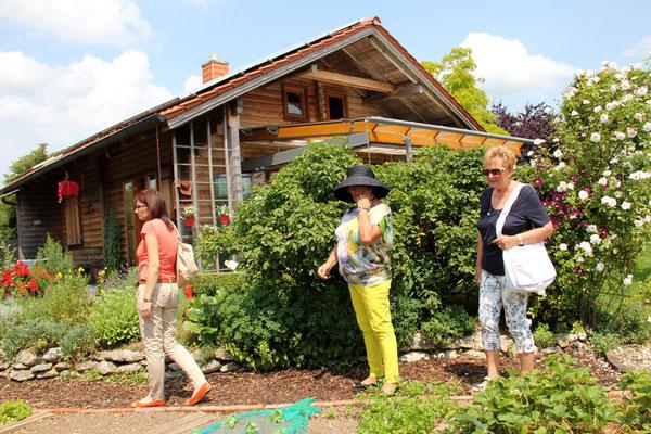 """""""Gartenbesichtigung"""" unter den kritischen Augen von Waltraud und Gerlinde :-)"""