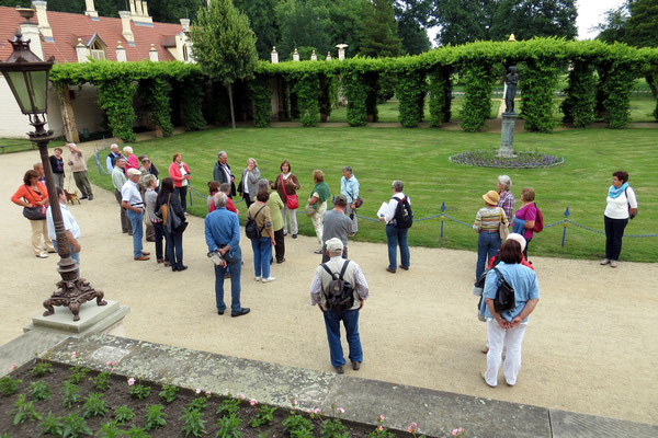 Unser stellvertretender Freundeskreisleiter Manfred Pätzold gab uns die nötigen Informationen über den Park. Auch eine Reiseteilnehmerin konnte uns  einiges über die Bepflanzungen und Fürst Pückler erzählen.