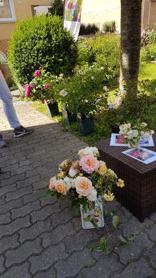 Eingang mit Traumrosen aus Gertis Garten