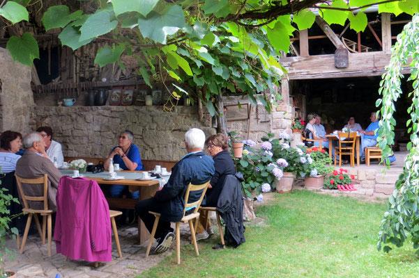 Kaffeetrinken in Körbers Garten