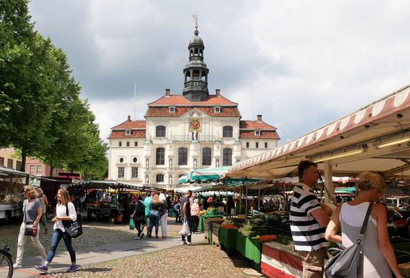 Lüneburger Rathaus und Wochenmarkt