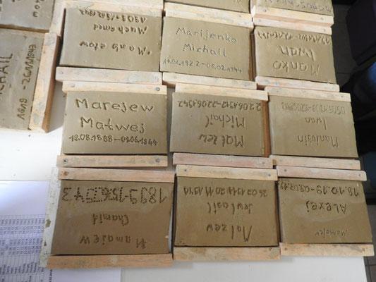 Die Namensziegel werden durch Schülergruppen erstellt