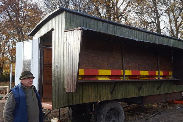 Kollege Wolfgang mit seinem Bienenwagen beim Lebenshilfewerk Kneese.