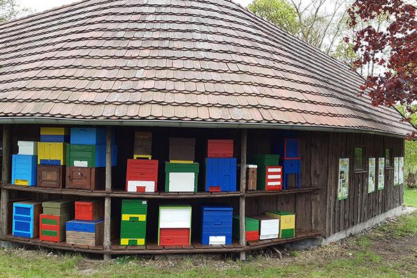 Frisch renovierte Museumsbeuten im Bienengarten.