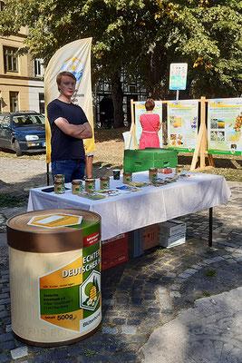 Honigmarkt in Wismar - Azubi Ole mit Freude bei der Arbeit.