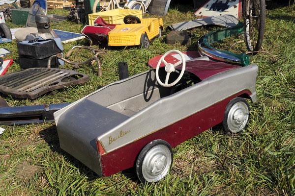 Das war noch Spielzeug. Heute sitzt der Thronfolger auf dem Bobbycar aus Plastik