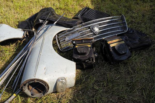 Peugeot 404 in handlichen Basteleinheiten. Der Rest liegt auch noch irgendwo.
