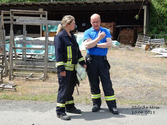 Hartmut Hucke im Gespräch mit einer Feuerwehrfrau.