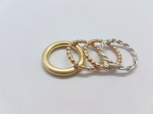 eine mixtur: 750/000 gelbgold, kügelchenringe 585/000 rosegold und ein gedrehter ring aus 925/000 silber.