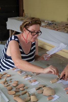 Keramik-Chefin Sabina bei der Arbeit.