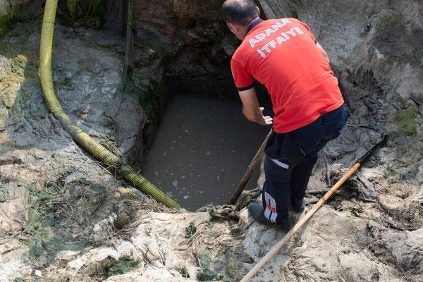 """Die Feuerwehr versucht, was das Sektor F Team nicht geschafft hat und scheitert ebenfalls daran, unseren """"Teich"""" auszupumpen."""
