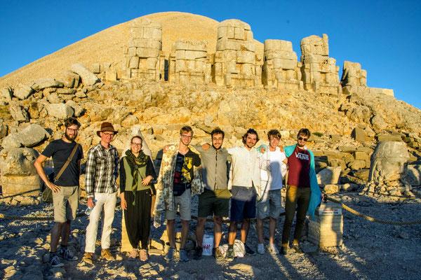 Eine Gruppe konnte das Frühaufstehen nicht lassen und ist zum Sonnenaufgang zum Nemrut Dağı gereist!