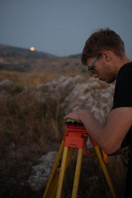 Marosch (mit Mond) am Aufstellen der GPS Basis.