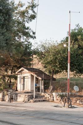 So sah das Häuschen des Bahnwärters und die von Hand betriebene Schranke 2012 aus (Foto Rosenbauer).