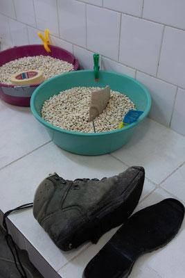 Bisweilen landen auch Schuhe auf Doros Arbeitsplatz.