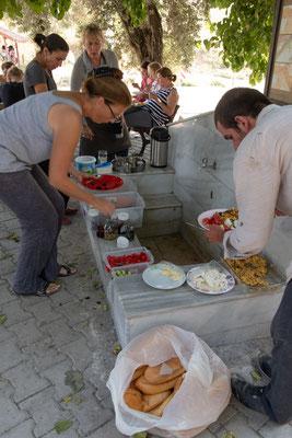 Das von den Köchinnen vorbereitete Buffet liegt beim Brunnen aus.