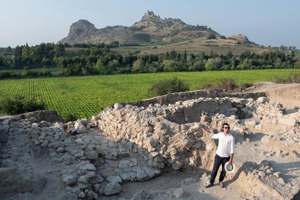 Julien erklärt was die laufenden Arbeiten auf dem Plateau (Skt A) sind.