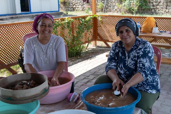 Bevor die Keramik bearbeitet werden kann, muss sie gewaschen und getrocknet werden.
