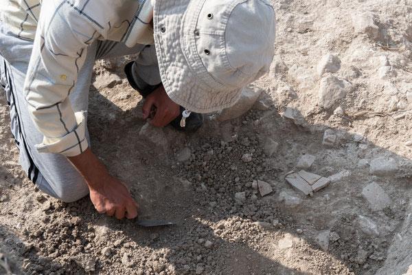 Die Maurerkelle, mit welcher Behçet arbeitet, ist das wichtigste Arbeitsgerät eines Archäologen!
