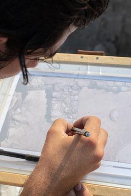Julien am Zeichnen eines Befundes im Sektor A.