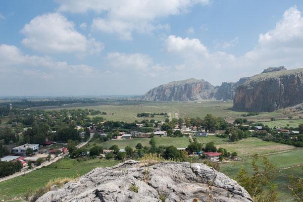 Blick auf das moderne Dorf Dilekkaya, die römische Stadtanlage sowie die mittelalterliche Burg.