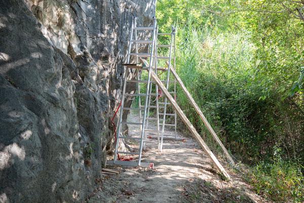 Für ihre Arbeiten haben die beiden mit einfachen Mitteln ein Baugerüst aufgestellt.