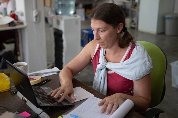 Kleinfundbearbeiterin Elisabeth unterstützt hier gerade die Fotografin Laura bei den Datenbankeingaben.