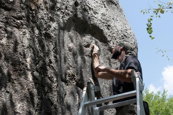 Um fürs Erste das weitere Eindringen von Wasser zu verhindern, wird Calzit – daraus besteht auch der Felsen – in die Risse eingebracht. Knut arbeitet hier am Felsrelief des Muwatalli, während...