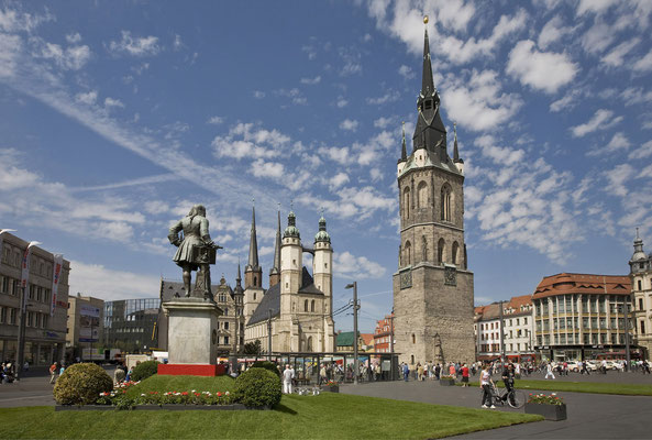 Marktplatz mit der Silhouette der Fünf Türme © Stadt Halle (Saale) / Thomas Ziegler