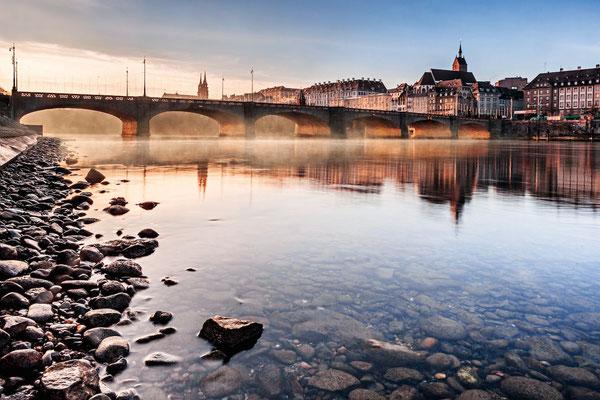 Morgennebel über dem Rhein mit Mittlerer Brücke (Basel). © Switzerland Tourism / Jan Geerk