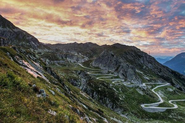 Sonnenaufgang auf dem St.Gotthard mit Sicht auf die Tremola (Tessin). © Switzerland Tourism / Andre Meier