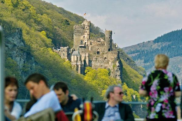 """Romantische Burgenwelt im """"Tal der Loreley"""" (© KD Deutsche Rheinschiffahrt AG / Foto: Horst Goebel)"""