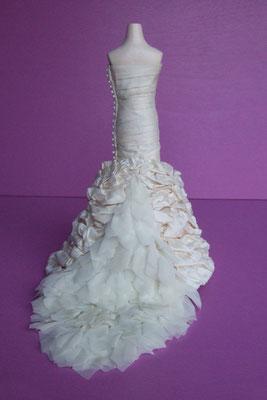 Reproduction miniature d'une robe de mariée - vue de dos