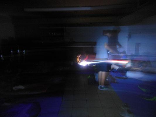 Blitz der Kamera trifft auf Taschenlampe kurz vor dem Schlafen gehen