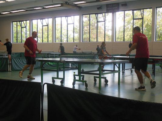Spielen auf einem Bein, Jugendleiter und Trainer probieren es aus