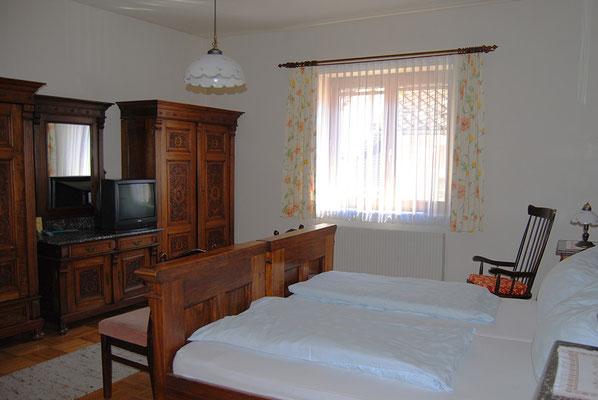 Zimmer mit antiken Bauernmöbeln in der Pension Kirchenwirt, Obervellach