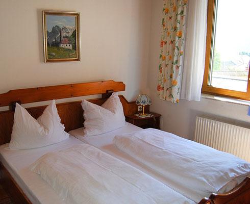 kleines Zimmer mit Blick zum Kirchturm in der Pension Kirchenwirt, Obervellach