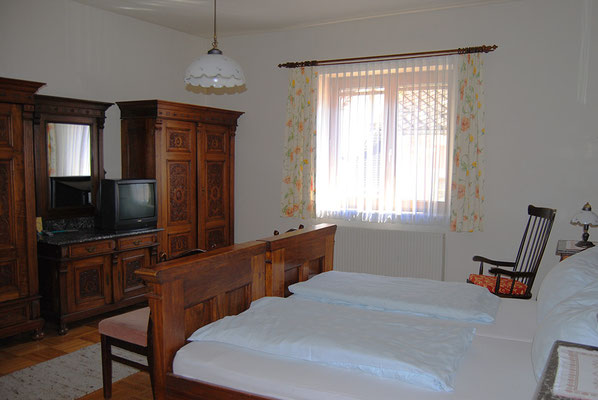 room with antique country furniture at Pension Kirchenwirt, Obervellach