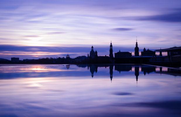 Dresdens Silhouette gespiegelt im Regenwasser.
