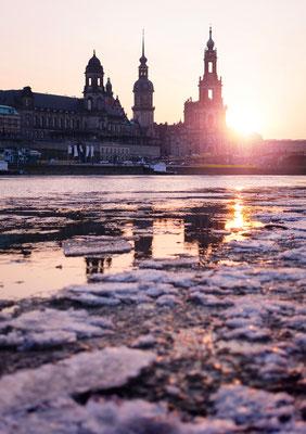 Eiszeit am Königsufer Dresdens.