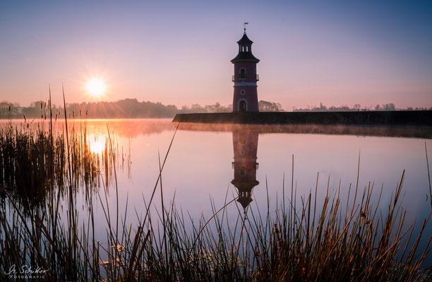 Der Leuchtturm bei Moritzburg an einem Frühlingsmorgen.