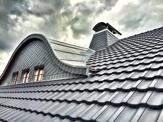 Dacheindeckung BRAAS Topas 13V und Gaubeneindeckung mit Titanzink, Schornstein- und Gaubenverkleidung mit Schieferplatten in Wabendeckung