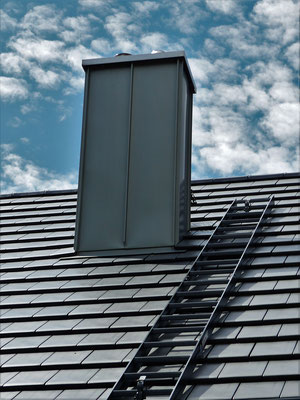 Schornsteinverkleidung in Titanzink mit festmontierter Dachleiter