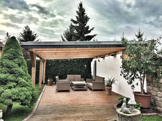 Terrassendach aus Holz mit Doppelstegplatten aus PVC und Holzfußboden