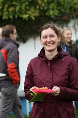 Die Würstel sind fertig - Sarah Lehner freut sich