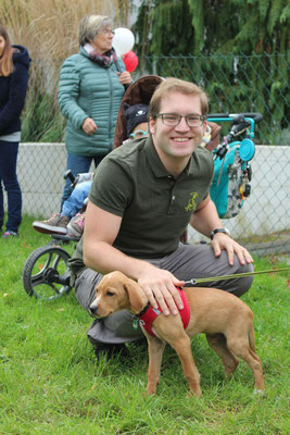 Hundetrainer Franz Unterberger mit Welpe Roko