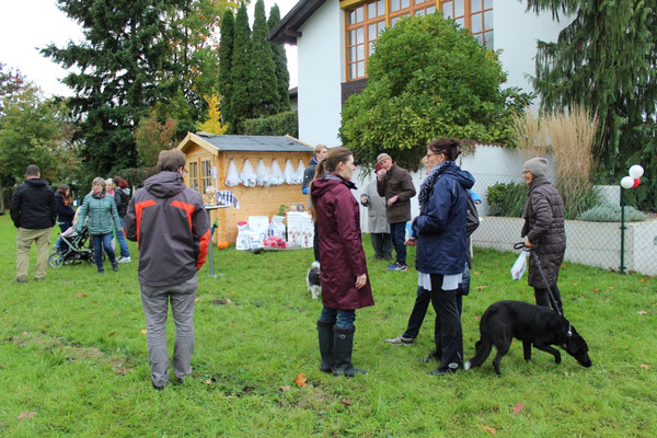 Hundetrainer Sarah Lehner und Franz Unterberger mit Gästen
